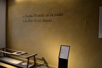 parete, scritta e pedana in argilla gialla (stanza del proverbio)