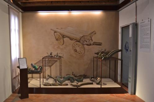 parete decorata con carro delle maledizioni