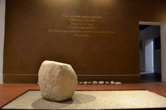 particolare scritta e pedana in argilla (stanza Bellintani)