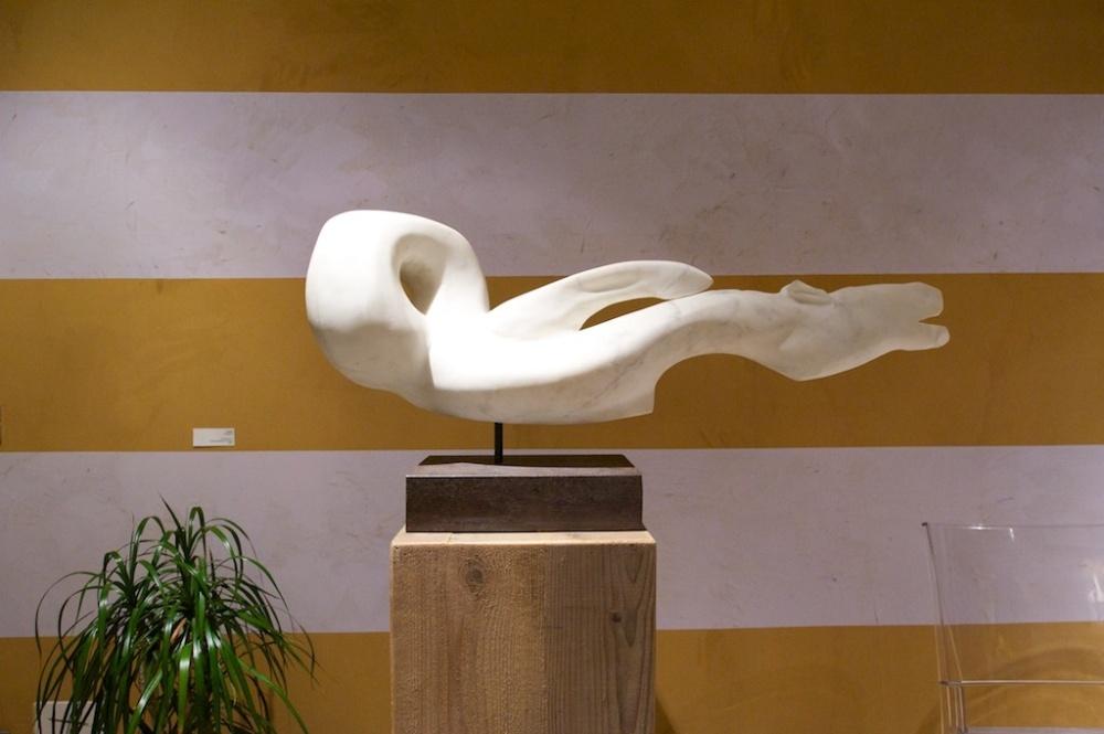 parete in terra cruda a bande e scultura in marmo statuario, al centro Loredana Salute e Benessere, Mantova
