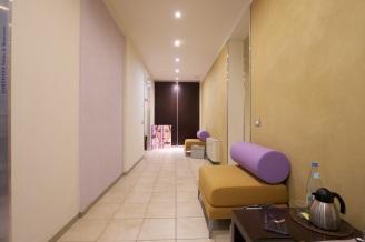 corridoio con parete camoscio e glicine in argilla